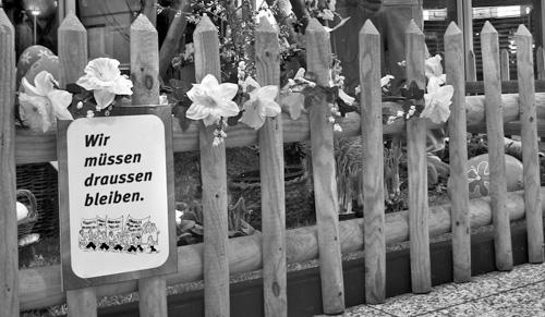 """Schild am Zaun: """"Demonstranten - Wir müssen draussen bleiben."""""""